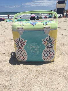 like the idea of pineapples on cooler - mom' cooler beach please Diy Cooler, Coolest Cooler, Beach Cooler, Fraternity Coolers, Frat Coolers, Bubba Keg, Cooler Designs, Cooler Painting, Sorority Crafts