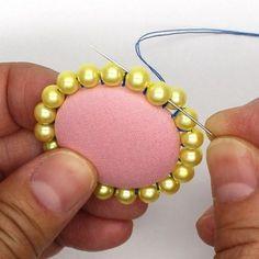 くるみボタンにビーズの縁取り(直接縫いつけ)(15) Handmade Beaded Jewelry, Diy Jewelry, Jewelry Making, Fabric Earrings, Diy Earrings, Textile Jewelry, Fabric Jewelry, Punch Needle Patterns, Headband Tutorial