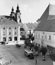 A Városház tér 1940 körül, Székesfehérvár, Hungary Homeland, Hungary, Old Photos, Budapest, Lights, Mansions, House Styles, Beautiful, Old Pictures