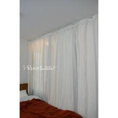 リネンカーテン「リノネージュ」1枚の布を吊るしただけのようなラフなスタイル。ガラスで仕切られた寝室 Curtains, Shower, Home Decor, Rain Shower Heads, Blinds, Decoration Home, Room Decor, Showers, Draping