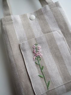 刺繍のミニバッグ(野の花)ピンク 2x Floral Embroidery Patterns, Embroidery Bags, Simple Embroidery, Shirt Embroidery, Hand Embroidery Designs, Embroidery Stitches, Hand Embroidery Videos, Fabric Journals, Jute Bags