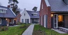 Wat is een leuke Landal met kinderen? De leukste plekjes in Nederland voor gezinnen die willen genieten bij Landal GreenParks. Garage Doors, Mansions, House Styles, Outdoor Decor, Home Decor, Decoration Home, Room Decor, Villas, Interior Design