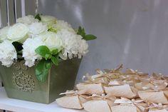 Arranjo com flores brancas, Rosas, Cravos para cristaleira dos Bem Casados