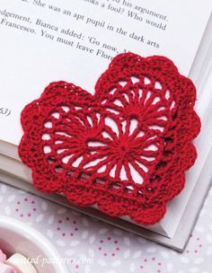 Mingky Tinky Tiger + the Biddle Diddle Dee : Photo Corazon Crochet, Easy Crochet Projects, Free Crochet Heart Patterns, Crochet Hearts, Fleur Crochet, Crochet Bookmarks, Bookmark Crochet Tutorial, Crochet Books, Crochet Gifts