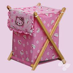 Cesto Multiuso Hello Kitty Caramelo en Color Rosa. Accesorios, Cobijas y Juegos de Cuna para Bebés. Nuevos diseños de mantas y cobijas para bebé, edredones para cunas y pañaleras para que tu bebé duerma seguro y comfortable. Todos los accesorios, cobijas y juegos de cuna para bebés cuentan con el respaldo y la calidad de Intima Hogar.