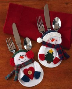 Snowman Holiday Silverware Holders - Add some fun to your holiday or wintertime dining table when youtuck each place setting's flatware into these charming detailed snowman pockets.   Link    #Christmas