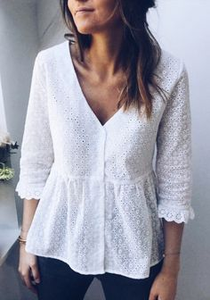 White Blouse Alana on Easy Clothes Blouse Styles, Blouse Designs, Boho Fashion, Fashion Dresses, Fashion Design, White Blouse Outfit, White Lace Blouse, Mode Outfits, Casual Outfits