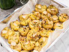 Prova nåt annat än kokt färskpotatis! Krossa och ugnsrosta potatisen tillsammans med timjan och vitlök. Gott till grillat och ett superbra sätt att återanvända överbliven potatis!