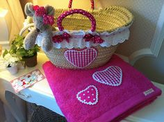 Caperucita Roja: Toalla de corazones... Ruban Satin, Basket Liners, Crochet Girls, Ibiza, Arts And Crafts, Diy Crafts, Straw Bag, Towel, Dishes