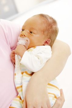Ayer conversaba con mi esposo sobre nuestros primeros días como papás y recordamos cuando nos pusimos histéricos porque una mañana vimos que nuestro recién nacidotenía la piel amarilla. Corrimos al pediatra y allí nos dijeron que se trataba ictericia fisiológica, una condición 'que surgecuando la sangre presenta altos niveles de un pigmento llamado bilirrubina'. Es algo que le ocurre hasta al 60 por ciento de los bebés al nacer y suele aparecer a los dos o tres días del...