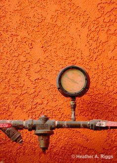Oranje muur Gauge Bright vet levendige industrie door shyphotog
