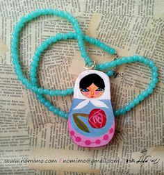 He encontrado este interesante anuncio de Etsy en https://www.etsy.com/es/listing/225791861/painted-wood-necklace-long-pendant