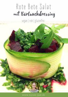 Mein Rote Bete Salat mit Bärlauchdressing ist vegan, schnell gemacht und wird in Zucchini gewickelt. So kannst Du dieses Rezept zum Beispiel auch als vegane Vorspeise verwenden.