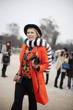 Fotos de street style en Paris Fashion Week: estola de piel de Prada
