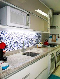 O marido ajudou Janaina Ortiz Cassis na hora de decorar a cozinha. Optaram por um adesivo estampado revestir uma das paredes. O ambiente, de 8, 10 m², apesar de pequeno, é funcional e atende às necessidades dos moradores.