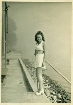 44 Cool Snaps of Fashionable Girls From the ~ vintage everyday 1940s Fashion Women, Girl Fashion, Vintage Fashion, Womens Fashion, Vintage Style, Bathing Beauties, Blazer Fashion, Blazers For Women, Vintage Photos