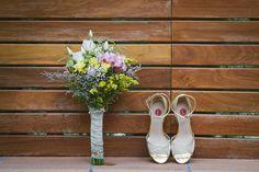 Bride shoes & bridal bouquet #weddingdetails #boda #weddingfashion #bride #detallesdeboda