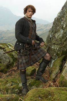 OUTLANDER Great Kilt Authentic Premium Wool Tartan ❤️💯 The OUTLANDER tartans are woven as a hopsack plain weave with a wash only to give it that natural look. The weight of the wool is and it is wide with a kilting selvage. Sam Heughan Outlander, Outlander Serie, James Fraser Outlander, Outlander Quotes, Jamie Fraser, Claire Fraser, Fraser Clan, Costumes Outlander, Scotish Men