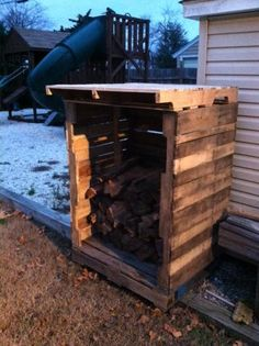 You want to build a outdoor firewood rack? Here is a some firewood storage and creative firewood rack ideas for outdoors. Lots of great building tutorials and DIY-friendly inspirations! Pallet Crates, Old Pallets, Recycled Pallets, Wooden Pallets, Pallet Wood, Pallet Art, Recycled Wood, Recycled Materials, Outdoor Firewood Rack