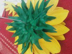 Flores em E.V.A. / PET / Meias de Seda: Girassol em e.v.a passo a passo Crochet For Beginners, Paper Flowers, Plants, Garden, Weddings, House, Diy And Crafts, Artificial Flowers, Flower Crafts