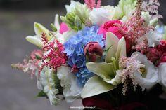 bukiet ślubny; niebieski, biały, różowy, fuksja