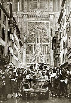 Soldats et Alsaciennes en costume (rue Mercière). La libération de Strasbourg 23 novembre 1944