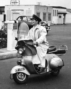 Vintage Motorcycles Katherine Hepburn on an early Vespa scooter built in England, called the Douglas. Piaggio Vespa, Lambretta Scooter, Vespa Scooters, Katharine Hepburn, Vintage Vespa, Vespa Girl, Scooter Girl, Sidecar, Motos Vespa