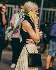 Vista o Look Look Fashion, Fashion Beauty, Fashion Outfits, Womens Fashion, Fashion Trends, Milan Fashion, Mode Lookbook, Mein Style, Scarf Hairstyles