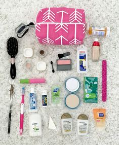 Guide: Carry-On Travel Essentials Anna of Fash Boulevard is teaching us how to pack our beauty bags {the right way!}Anna of Fash Boulevard is teaching us how to pack our beauty bags {the right way! Airplane Essentials, Travel Bag Essentials, Airplane Hacks, Makeup Bag Essentials, Travel Necessities, Road Trip Essentials, Airplane Travel, Beach Essentials, School Essentials