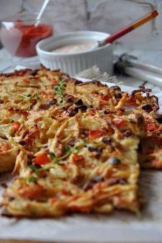 Placek ziemniaczany z piekarnika z czerwoną papryką i kiełbasą