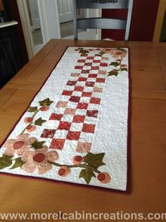 Flowering Vines Table Runner Pattern by MorelCabinCreations Quilted Table Runners Christmas, Patchwork Table Runner, Table Runner And Placemats, Table Runner Pattern, Small Quilt Projects, Quilting Projects, Small Quilts, Mini Quilts, Quilted Table Toppers