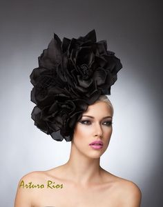 Meine neue Kollektion hier ist dieses atemberaubende Kopfband, hergestellt aus 3 handgefertigt Seide satin Rosen und schwarzen russischen Schleier, sitzend auf einem schwarzem Samt Stirnband. Wenn du magst, zu beeindrucken und haben alle ja auf Sie, müssen Sie dies, tragen es auf atemberaubenden aussehen. Alle Hüte werden von Hand auf Anfrage, bitte erlauben Sie eine Woche, während wir machen und versenden es. Ist dies ein Ansturm Bestellung bitte kontaktieren Sie mich zuerst. Alle…