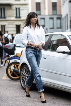 Photos via: A Love Is Blind Emmanuelle Alt looks cool as always in a classic white shirt, cuffed. Mode Outfits, Jean Outfits, Casual Outfits, Fall Outfits, Estilo Fashion, Look Fashion, Fashion Tips, Milan Fashion, Jeans Fashion