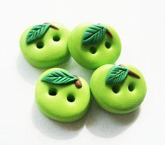 Ähnliche Artikel wie Green oder Red Apple Buttons, Polymer Clay, handgefertigte Knöpfe, Charme (4er Set) auf Etsy