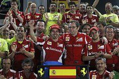 GP Malasia: Todo el equipo Ferrari celebrando la victoria.