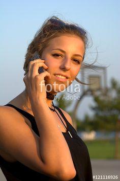 Charmante Frau telefoniert draußen mit einem Smartphone, Handy, Sommer, Sonne - Fotolia - © SULUPRESS / Torsten Sukrow