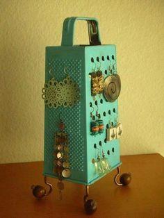 recycler votre râpe à fromage en support à bijoux En savoir plus sur http://www.paperblog.fr/7204389/idees-pour-recycler-une-rape-a-fromage/#QqkS5yBGD7olY3vr.99