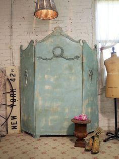 I love this!I have a thing for screens, I have a very old ornate one thay I use as a headboard for my platform bed another one as a divider between two rooms. I love old screens to pieces!