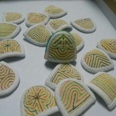 색실누비 골무 Traditional Quilts, Korean Traditional, Bordados E Cia, Finger, Korean Art, Sewing Notions, Pin Cushions, Sewing Crafts, Needlework