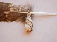 Pendentif wire wrap sur pierre semi-précieuse par oPetitePlumeo sur Etsy #crystal #jewelry #wire wrap #wirewrapping #handmade #necklace #pendant #semi-precious #gemstone #gems #unique #artisan #montreal #plume #petiteplume #antique #citrin