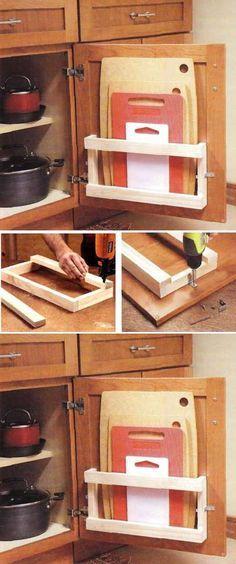 Um jeito para guardar as tábuas de cortar tempero.