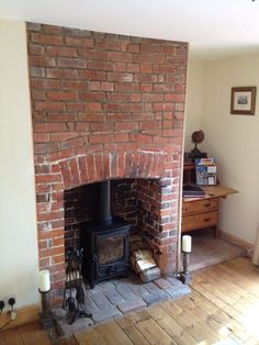 Great Free Brick Fireplace log burner Ideas Often it compensates to help neglect the actual renovate! As an alternative to pulling out a out of date brick fireplace Wood Burner Fireplace, Brick Fireplace Wall, Brick Hearth, Living Room With Fireplace, Fireplace Ideas, Fireplace Mantels, White Fireplace, Airstone Fireplace, Slate Hearth