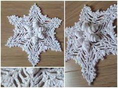 Open up actual site then translate Free Crochet, Knit Crochet, Crochet Embellishments, Winter Christmas, Handmade Christmas, Crochet Christmas, Burlap Wreath, Christmas Stockings, Snowflakes
