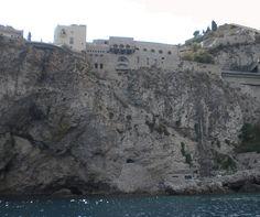 Taormina (ME) - in alto un hotel 5*****L che si trova all'altezza del centro cittadino, una scalinata scavata nella roccia porta a una piccola terrazza-solarium sulle acque della baia | da Lorenzo Sturiale