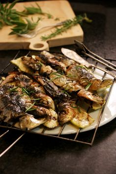 Sardines a la brasa amb herbes aromàtiques i carbassó. Grilled sardines with herbs and zucchini. Grilled Sardines, Zucchini, Grilling, Herbs, Beef, Food, Meat, Crickets, Essen