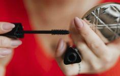 Met dit mascaratrucje krijg je langere en vollere wimpers Makeup Trends, Makeup Inspo, Mascara, Night Makeup, Make Up, Hair Humidity, Big Chop, Fuller Hair, Tips