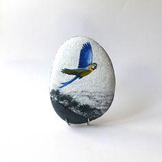 Peinture sur galet, perroquet Ara bleu