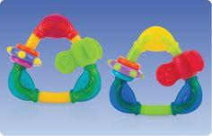 Massaggiagengive SPIN 'N TEETHE +4mesi Questo massaggiagengive  è dotato di una combinazione di superfici morbide da masticare e superfici dure per favorire lo spuntare dei nuovi denti.  Le principali caratteristiche sono:      Forma a triangolo, facile da impugnare     Morbidi angoli in silicone     Dotato di  parti rotanti mobili e anelli     Colori vivaci per stimolare i sensi del bambino     Senza Bisfenolo