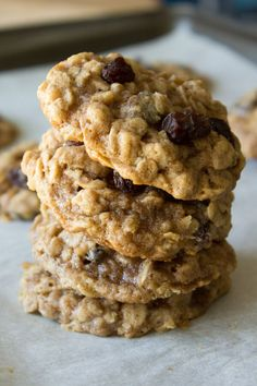Super soft & chewy oatmeal raisin cookies. Filled with vanilla, cinnamon, nutmeg & the perfect caramel taste from brown sugar - don't miss this easy recipe! Cookie Desserts, Cookie Recipes, Dessert Recipes, Cookie Ideas, Dessert Blog, Breakfast Recipes, Tea Cakes, Bolacha Cookies, Delicious Desserts
