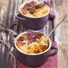 Découvrez la recette Crumble a la rhubarbe et aux pommes sur cuisineactuelle.fr.